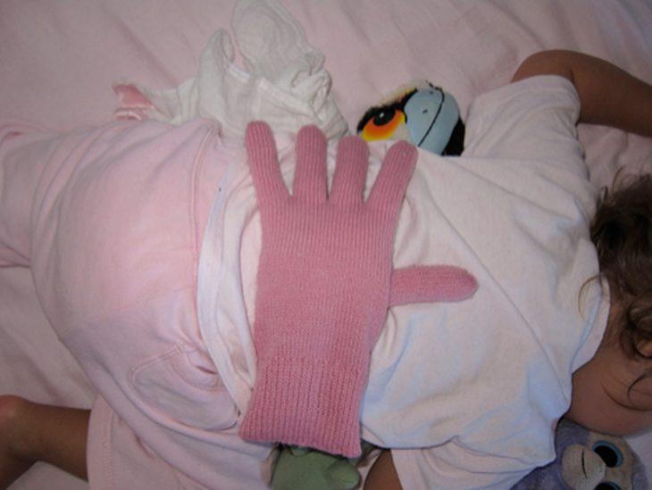 bebé con guante en la espalda