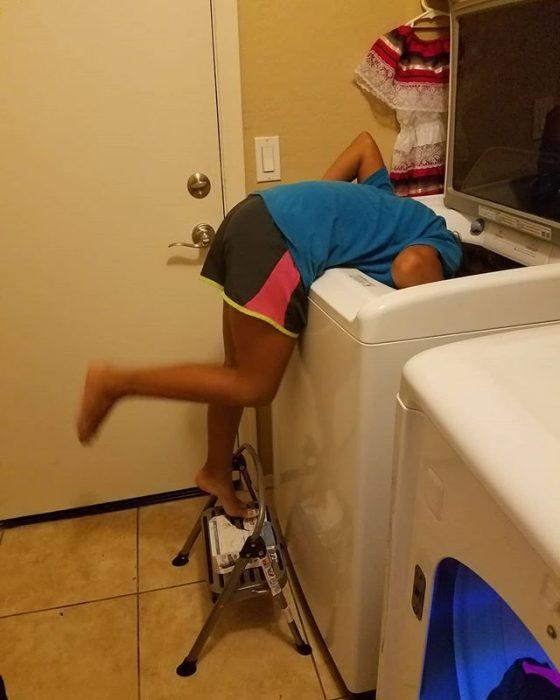 muchacha en la lavadora