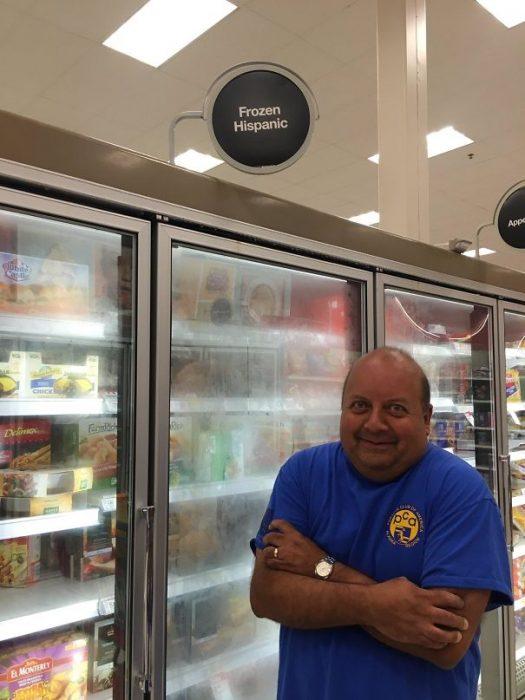 señor cerca de un refrigerador