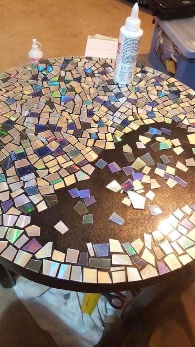discos viejos para hacer un mosaico en la mesa