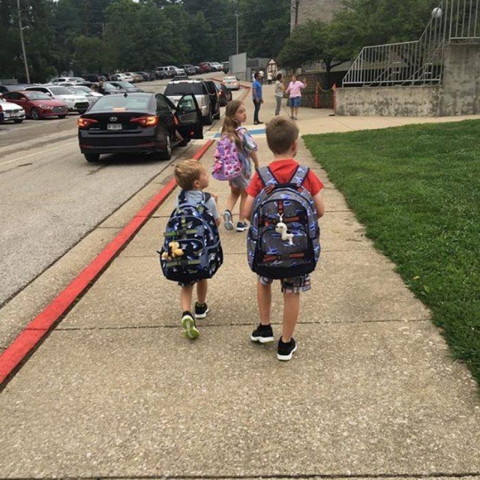 niños llendo a al escuela