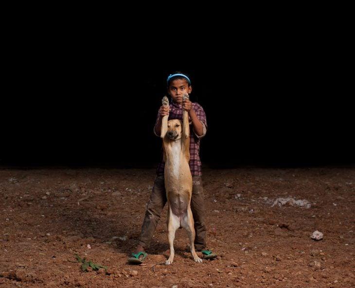 niña de bangladesh con su perrito