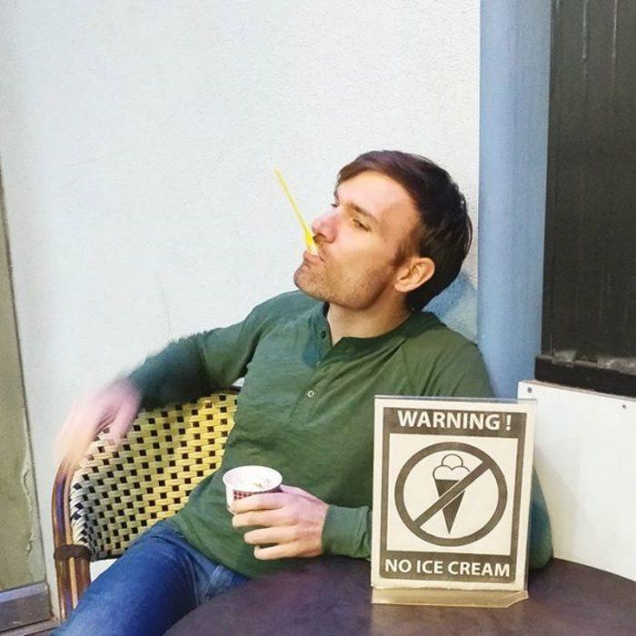 comiendo helado en un lugar prohibido