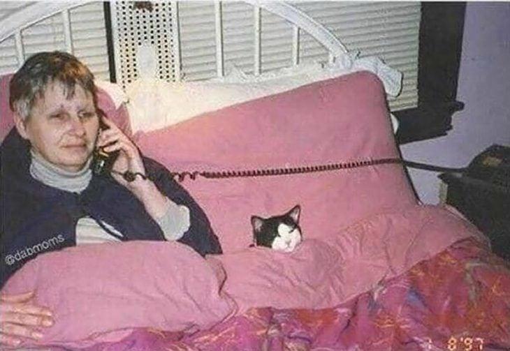mujer en la cama con su gato