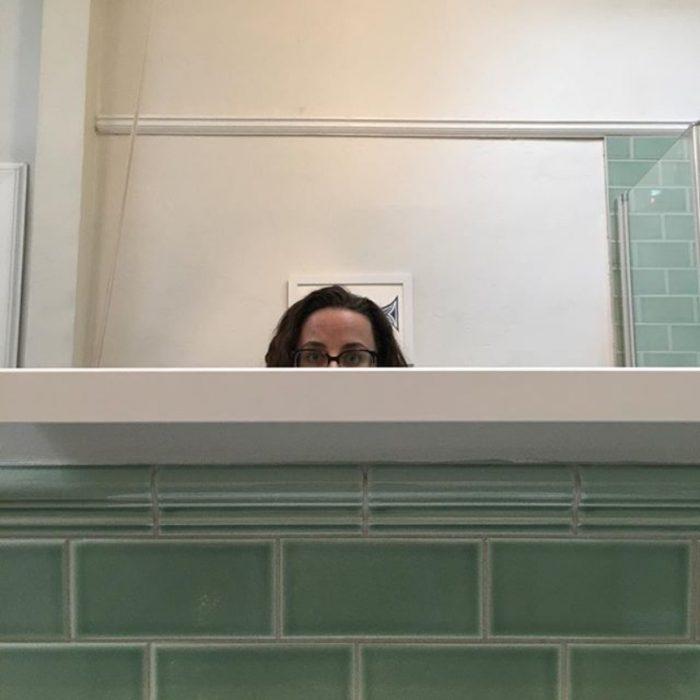 chaparrita viéndos en el espejo