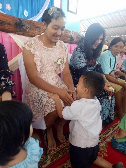 papá tailandes vestido de mujer