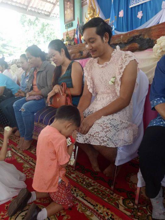 hombre con vestido en el festival de la madre