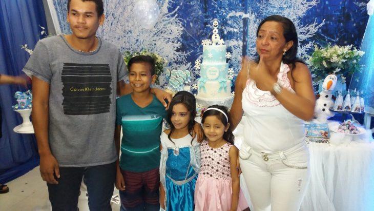 familia de una cumpleañera vestida de frozen