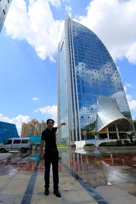 hombre junto a un edificio cool