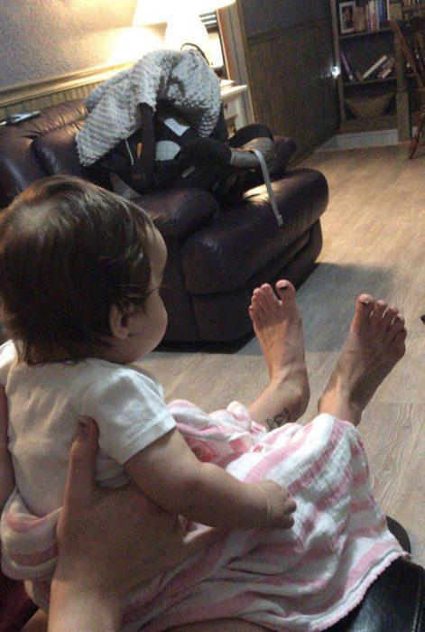 foto de bebé que por perspectiva parece de unos piesotes