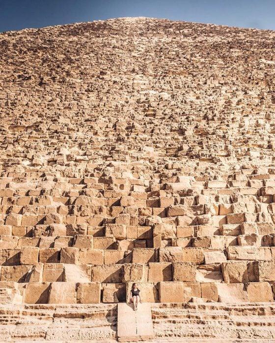 Pirámide de Giza contrastada con una persona