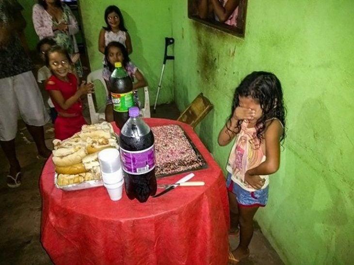 niña llorando con su humilde pastel