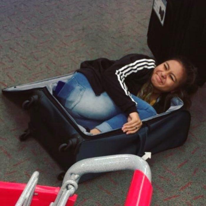 chica dentro de una maleta