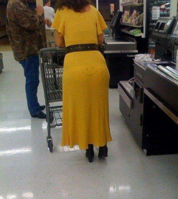 señora con vestido amarillo lleva calzones sonrientes
