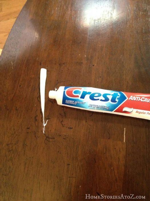 pasta de dientes en mesa