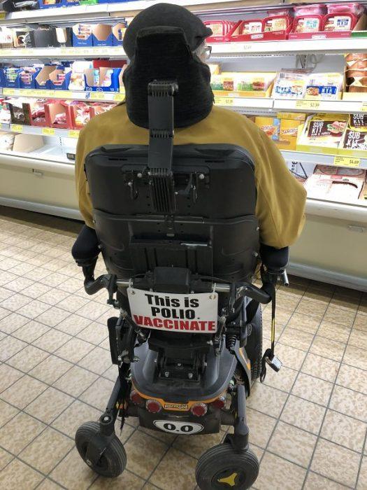 """silla de ruedas """"Vacunada contra la polio"""""""