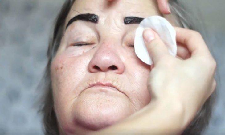 maquillando cejas y rostro