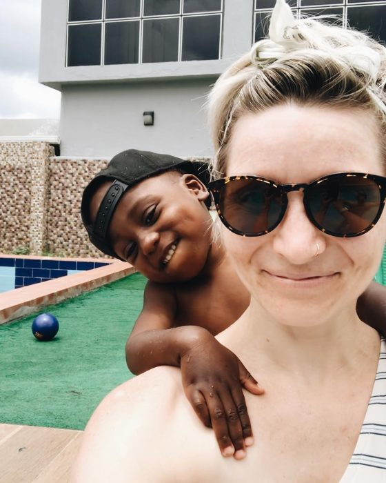mujer con su hijo adoptivo