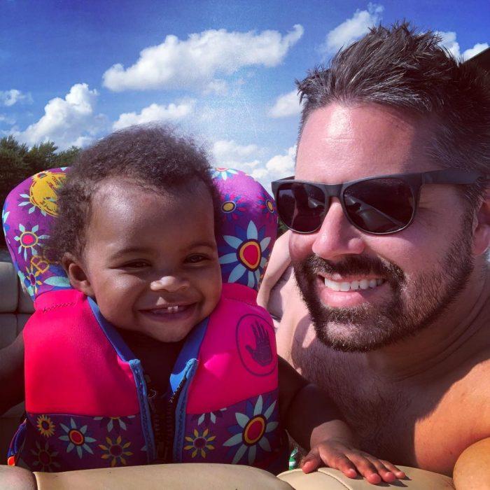 papá y niña adoptada