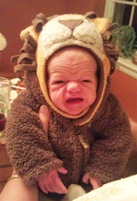 bebé feo vestido de león