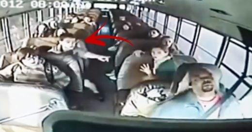 Cover Conductor pierde el conocimiento con niños abordo del camión