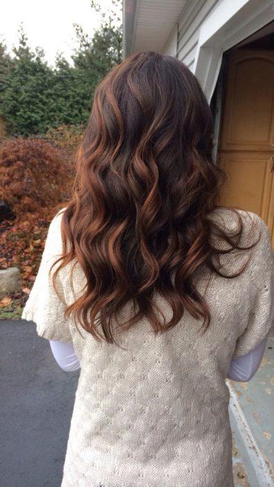 cabello Castaño con luces caoba