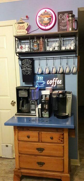 estación de café con tazas