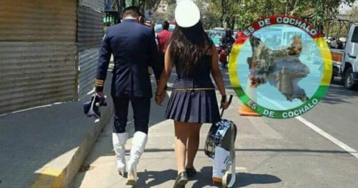 chico usa botas de su novia