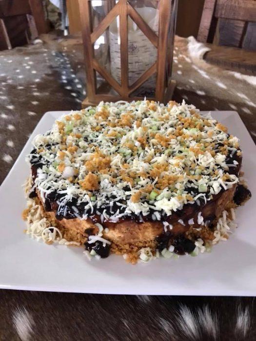 Cheescake con frituras, queso, chile y cebolla