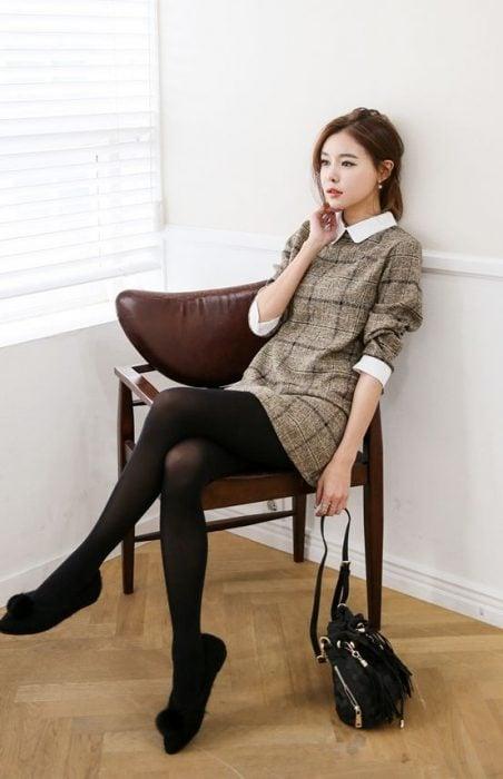 Vestido de cuadros con medias