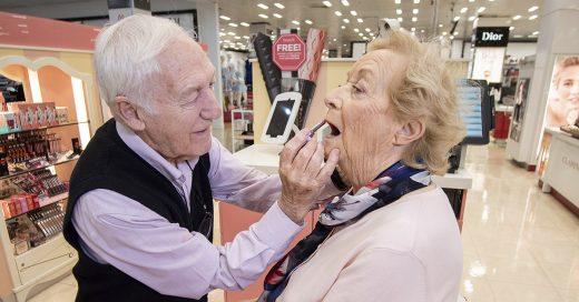 Cover Su esposa quedó ciega y él decidió aprender maquillaje para hacerla feliz