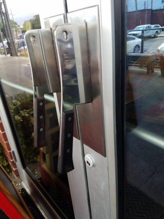 manijas de la puerta de una carnicería son cuchillos