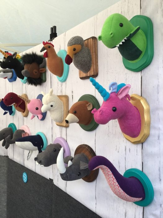 trofeo de cabeza de animales e una pared