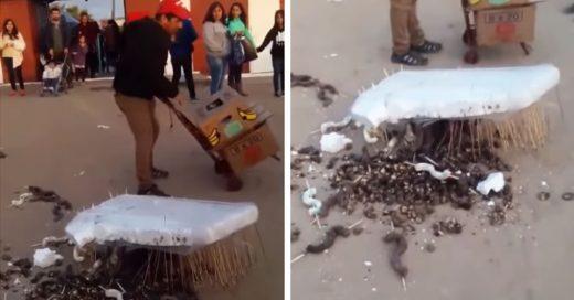 Cover Sus chocolates cayeron al piso y la gente le regaló dinero