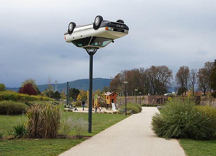 El coche en la farola