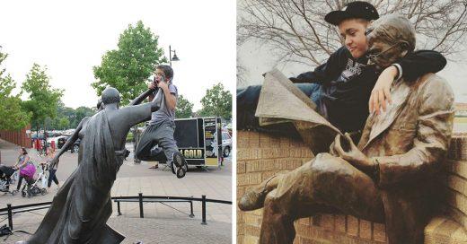 Cover Personas posan con estatuas