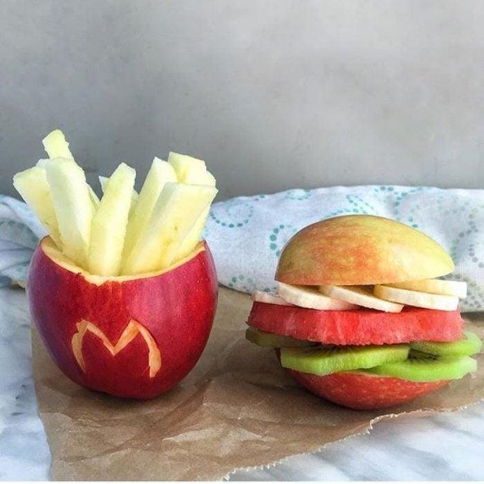 hamburguesa y papitas de fruta