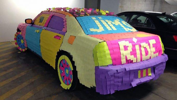 coche lleno de post its