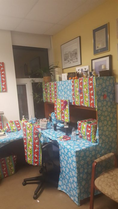 escritorio envuelto en papel de regalo