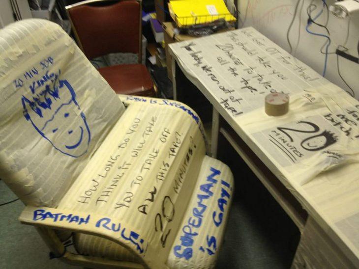 sillas y escritorio llenos de cinta adhesiva