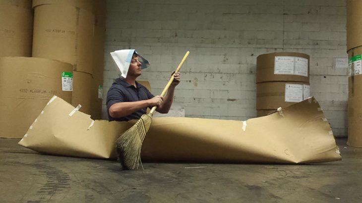 hombre en barco de cartón