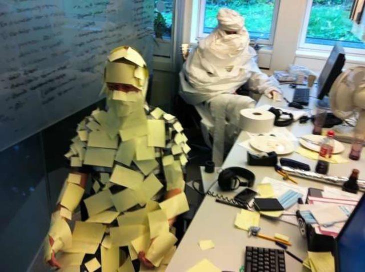 hombre con post its en oficina