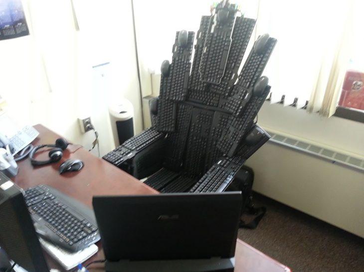 silla hecha de teclados