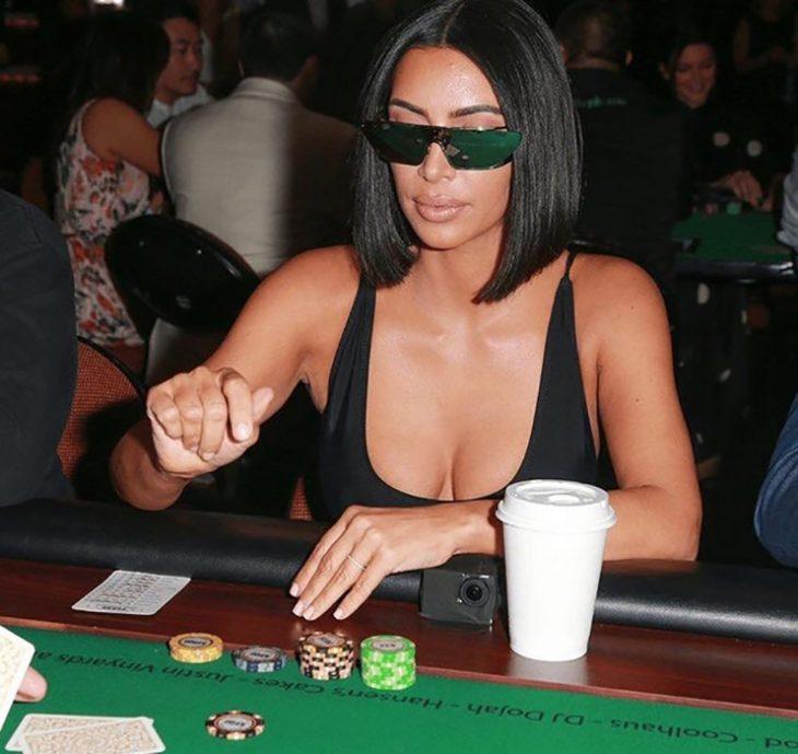 Kim Kardashian jugando poker con lentes reflejantes