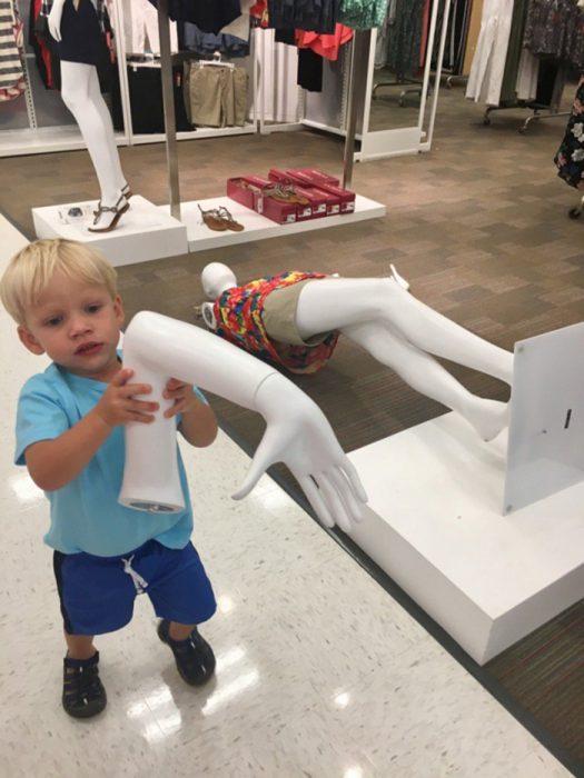niño y mano de maniquí