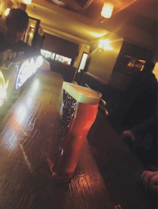 medio vaso de cerveza