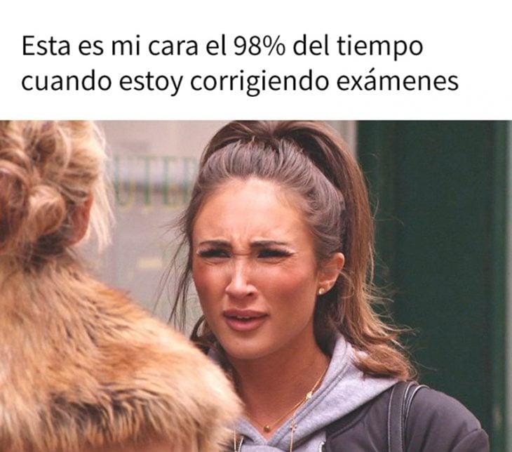 meme de maestra revisando los exámenes