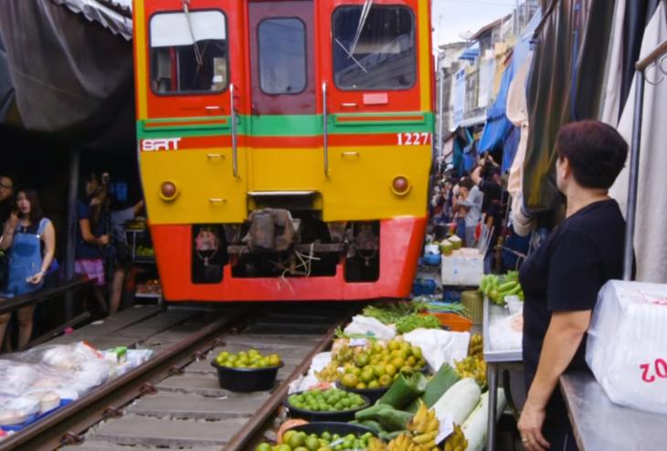 mercado con tren
