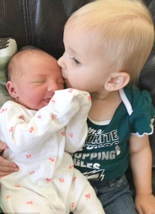 niña no suelta a su hermanita