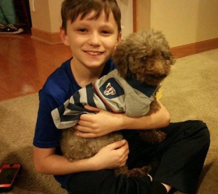 niño abrazando a su perrito